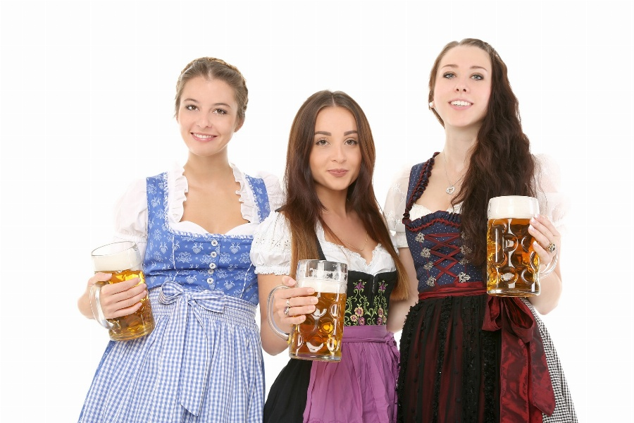 Greeting e-card Beer festival in Bavaria - girls with beer cups