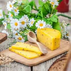 Apsveikuma e-kartiņa Līgo svētku galds ar jāņu sieru