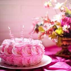 Apsveikuma e-kartiņa Rozā torte ar svecītēm un puķēm