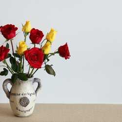 Apsveikuma e-kartiņa Sarkanas dzeltenas rozes vāzē uz galda