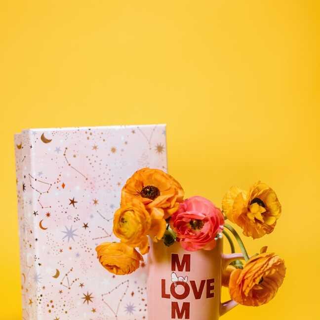 Ar mīlestību mammai - krūzīte ar puķēm un dāvanu e-kartiņa