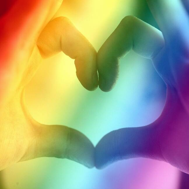 Ar rokām izveidota sirds forma e-kartiņa