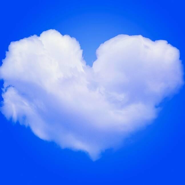 Balts mākonis sirds formā zilajās debesīs e-kartiņa