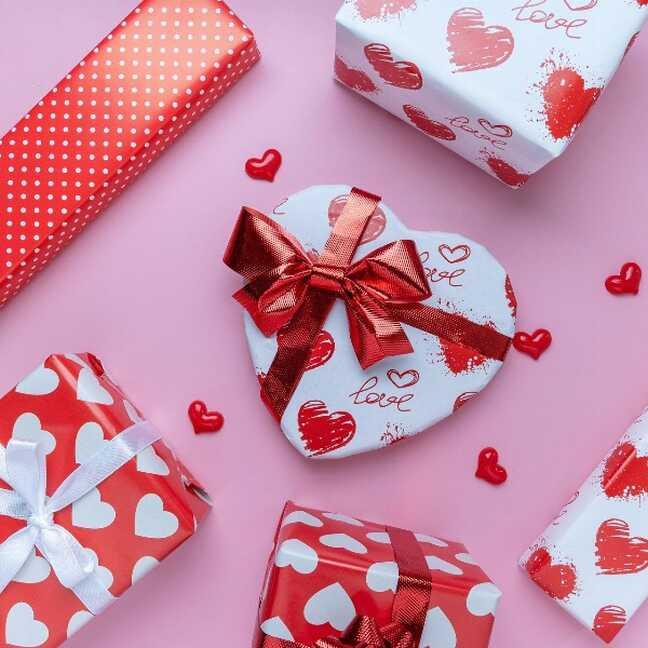 Dāvanas ar sirds dizainu valentīndienā e-kartiņa