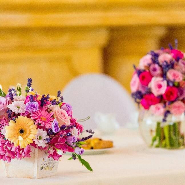 Dažādas puķes keramiskā vāzē e-kartiņa