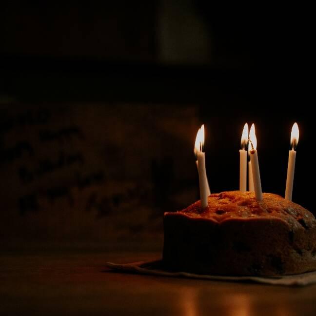 Dzimšanas dienas kūka ar svecītēm tumsā e-kartiņa