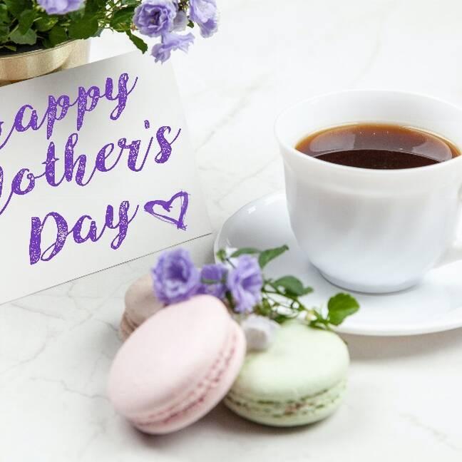 Mātes dienas kartiņa ar cepumiem un kafiju uz galda e-kartiņa