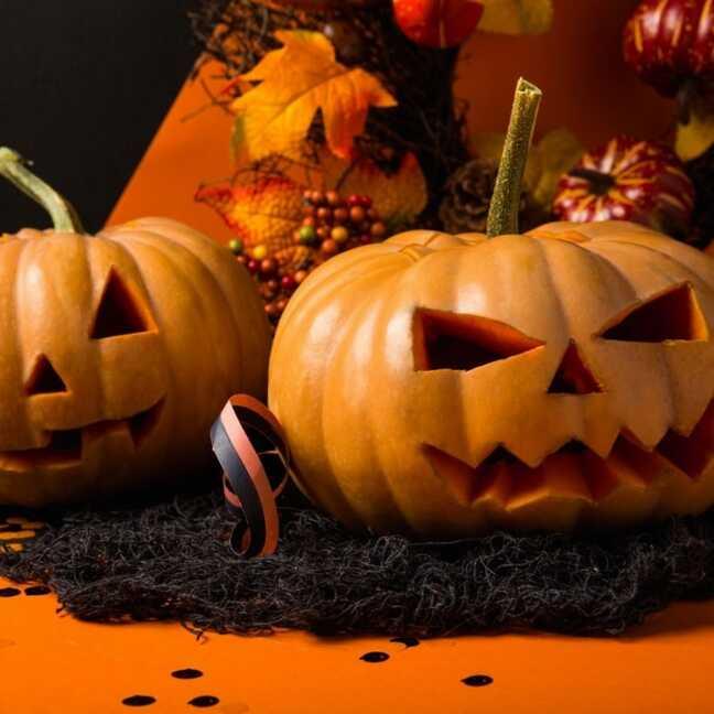 Helovīnu ķirbji uz oranža fona e-kartiņa