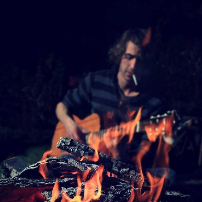 Jāņu ugunskurs un persona ar ģitāru e-kartiņa
