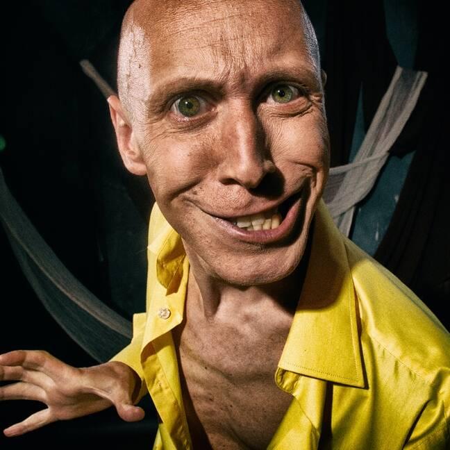 Jocīgs smaidošs vīrietis dzeltenā kreklā e-kartiņa