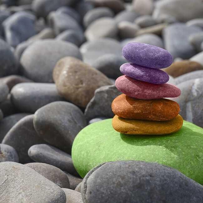 Krāsaini akmeņi starp pelēkiem akmeņiem e-kartiņa