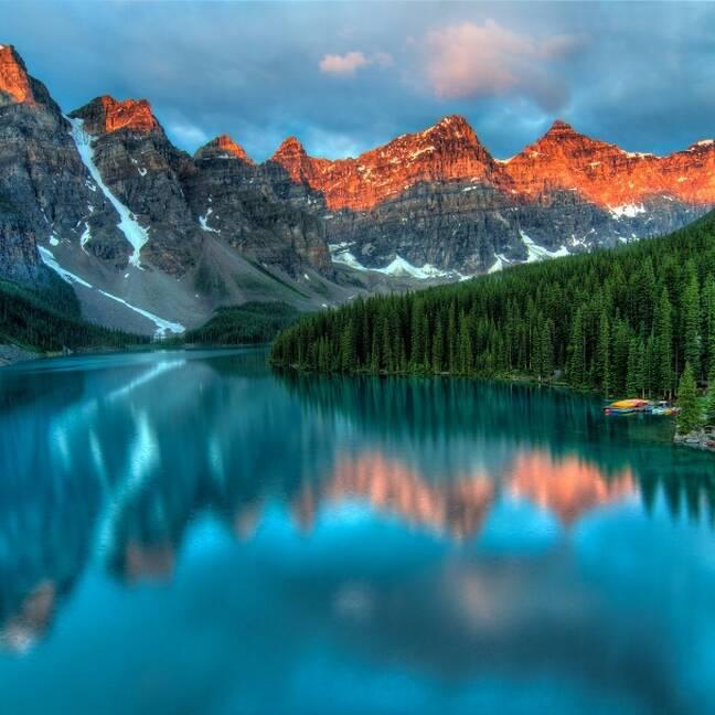 Krāsaini kalni un upe ar atspūlgu e-kartiņa