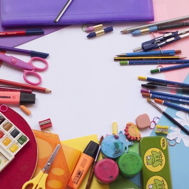 Krāsošanas un zīmēšanas komplekti uz galda e-kartiņa