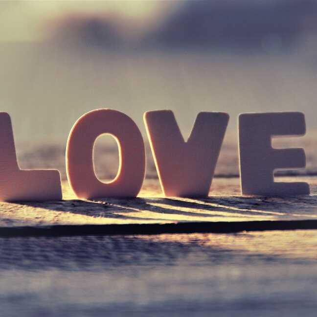 LOVE uzraksts saules staros e-kartiņa