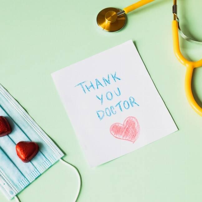 Paldies dakterim ar sirds veida konfektēm e-kartiņa