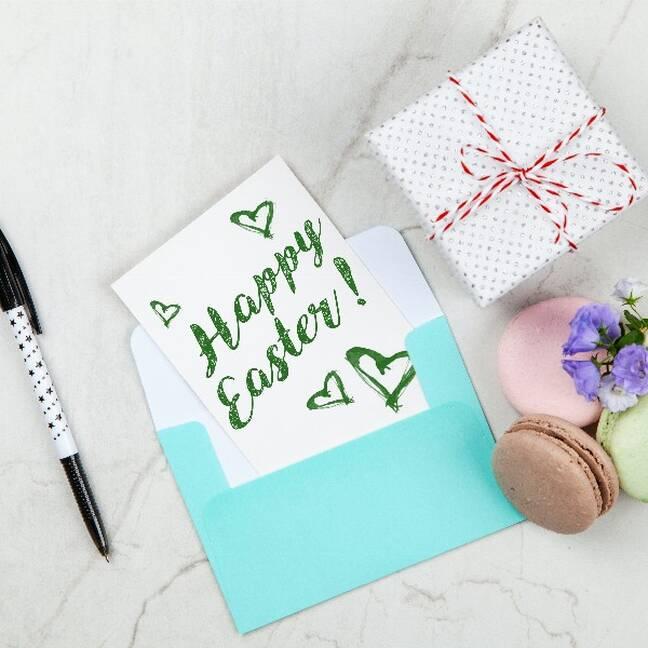 Priecīgas lieldienas uzraksts ar saldumiem e-kartiņa