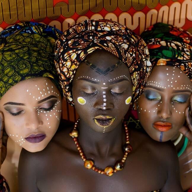 Trīs sievietes izkrāsotas e-kartiņa