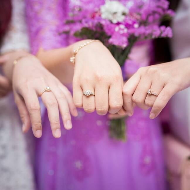 Trīs sievietes rāda saderināšanās gredzenus e-kartiņa