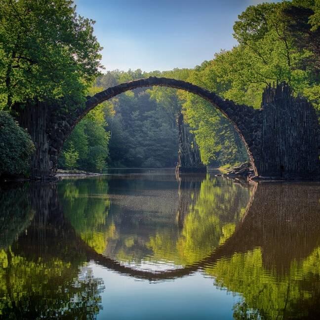 Upe mežā ar ovālu tiltu pāri e-kartiņa