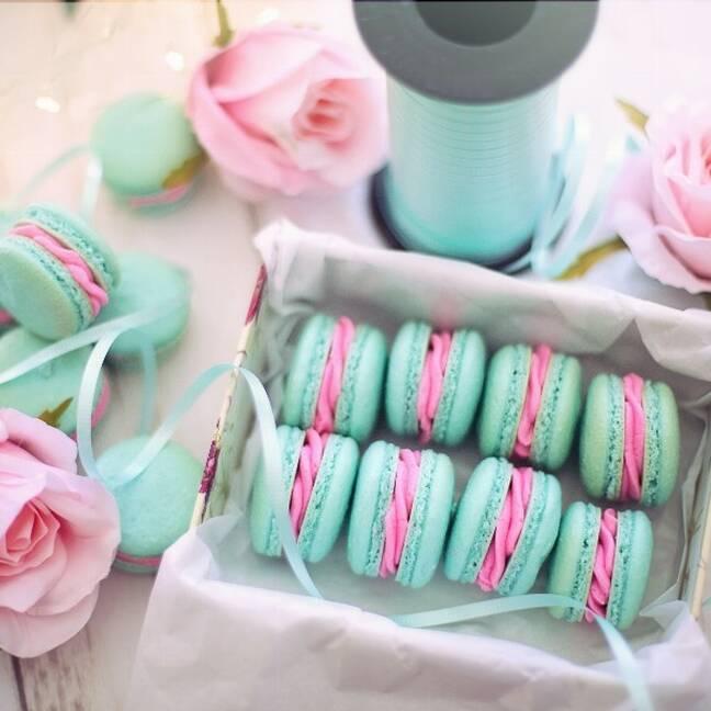 Zaļi rozā cepumi ar rozā rozēm e-kartiņa